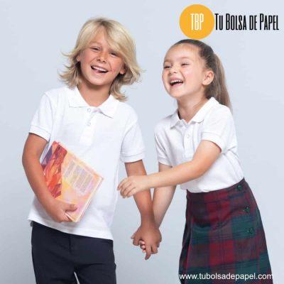 Niños en uniforme escolar con polos blancos